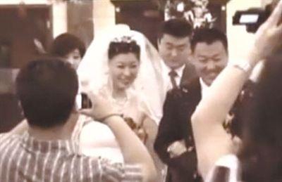 涉嫌组织介绍他人卖淫的崔某、杜某在婚礼现场。视频截图