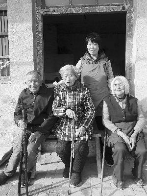 武彤和她的三位公公婆婆。