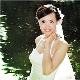 救人教师张丽莉的婚纱照
