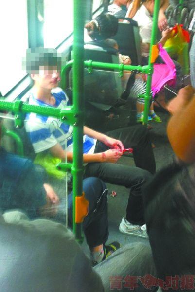 小伙被打得鼻血横流。图片由网友刘先生提供