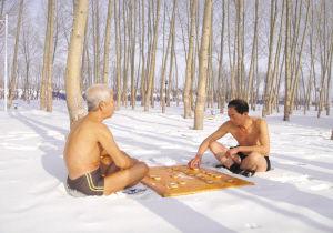 松原两位六旬老人在江边雪地上裸身对弈