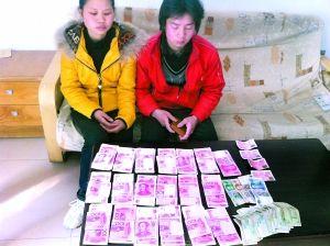 民警将19000余元现金交还到向成夫妻手中。 重庆铁路公安处供图