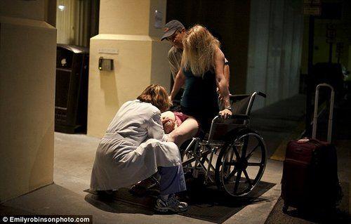 在医院外的人行道上,孕妇艾米借助轮椅的支撑力,快速产下一名女孩。
