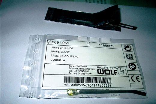 """塑料袋内的""""进口手术刀"""",1000元一把。"""