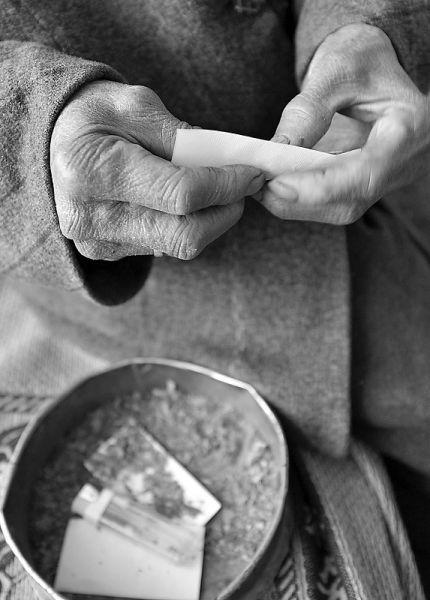 独自卷烟。