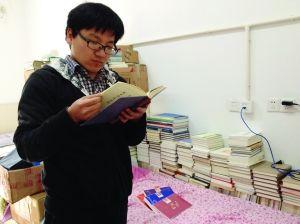 许勇的床上也堆着很多书