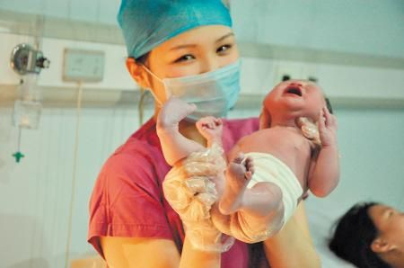 """正月初一零时21分,一名女婴在长沙市妇幼保健院出生。她也是该院新春出生的第一个""""马宝宝""""。郭丹摄"""