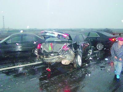 因为雨雪路滑,高速上很多车辆速度过快追尾。