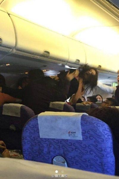 重庆飞香港航班乘客在机上大打出手