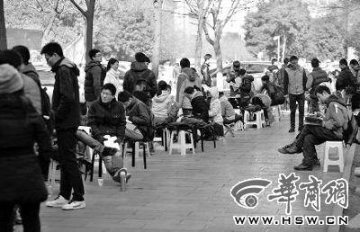 昨日中午12时许,等待的同学排起了长队 华商报记者 张杰 摄