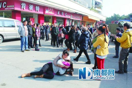 男童母亲赶到现场痛哭倒地。 南都记者 曾群善 摄