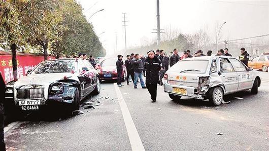 武汉 教练车调头被劳斯莱斯追尾 或须赔百万维修费