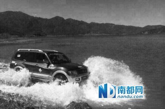 网传游客将车开入泸沽湖的照片。