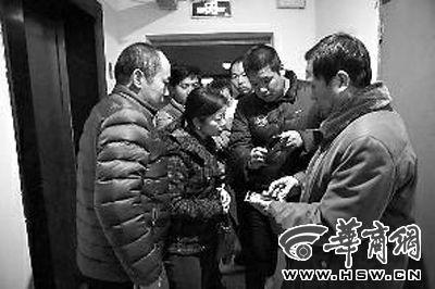 昨晚8时许,亲历惊险一幕的业主展示拍摄的视频 华商报记者 袁琛 摄