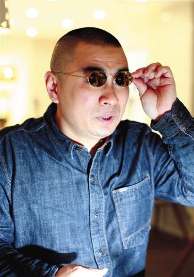 维权打假20年,每次出现在媒体镜头前的王海,总是戴副墨镜。新京报记者 浦峰 摄