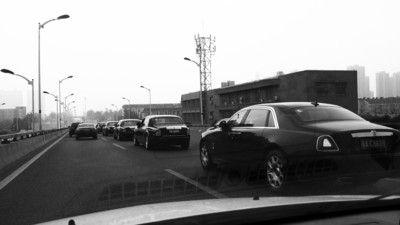 合肥街头现亿元迎亲车队:保时捷仅当摄像车(图)