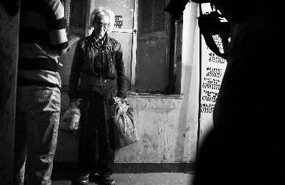 白叟拎着食物在楼外期待开锁公司开门  摄/法制晚报记者 林晖