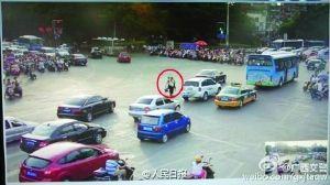 红圈中为交警与老人