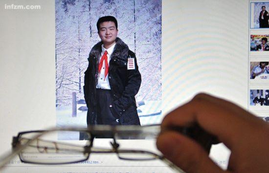 """武漢市""""五道杠""""少年黃藝博走紅網絡,其身上所表現出的成人化傾向,引起社會各界對教育理念的爭議。 (東方IC/圖)"""