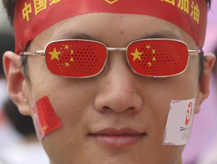 图文:小伙子戴着自己创意的眼镜