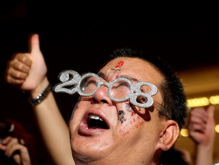 图文:天安门倒记时牌前喊中国加油的市民