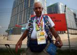 图文:奥运徽章收藏爱好者