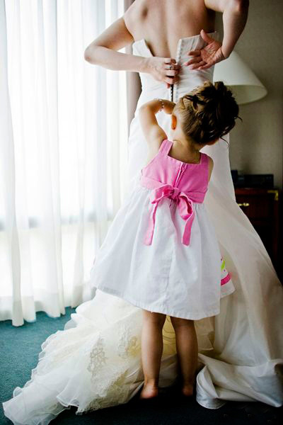 实拍女子婚礼上抢花球太兴奋 扔掉怀中小孩