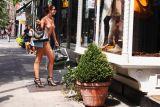 西莫妮赤裸购物