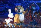冬奥吉祥物小熊吹熄圣火