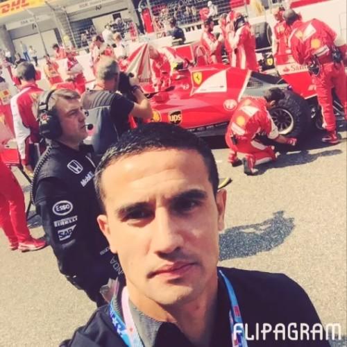 图文-卡希尔观战F1中国赛 合影法拉利赛车