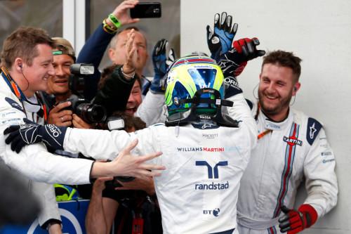 图文-F1奥地利站正式比赛 马萨与威廉姆斯技师庆祝