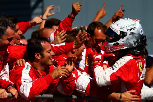 图文-F1意大利站正式比赛 维泰尔与法拉利技师庆祝