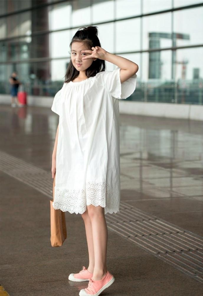多多身穿一袭白裙