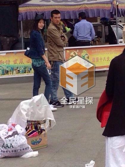 杨子与张羽熙牵手游庙 一路上举止亲密低声细语