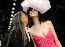 设计师热情献吻女模特