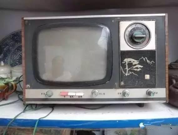 作者:任大刚   来源:冰川思想库   最近陡然发现,家里的电视,开得越来越少了;哪怕节假日,一家人围在一起看一台节目的光景,也很难得了。   钟点工阿姨每天还在擦拭电视,最后,这台电视恐怕是擦坏的,而不是看坏的。坏了之后,我还会不会去买一台新电视呢?从实用性上讲,既然长时间不看,真没必要再买了,但有时候免不了想在家里享受一下影院的感觉嘛。这真让人犯难。   电视抢占了神龛的位置   近代以来,报纸,电台,电视台依次成为人们获取信息的渠道,最终在上世纪90年代各擅所长,鼎足而立。   电视的地位似乎要