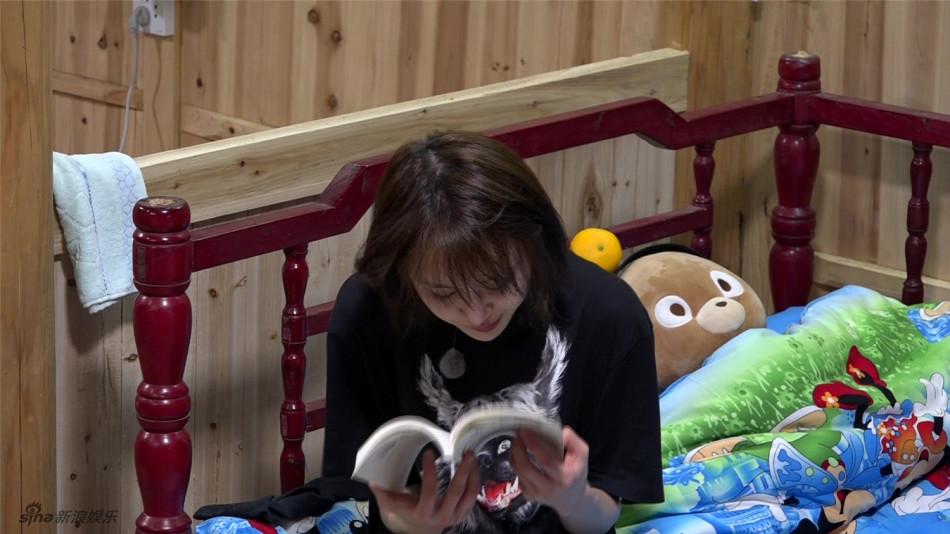 郑爽与老爸置气独自看书
