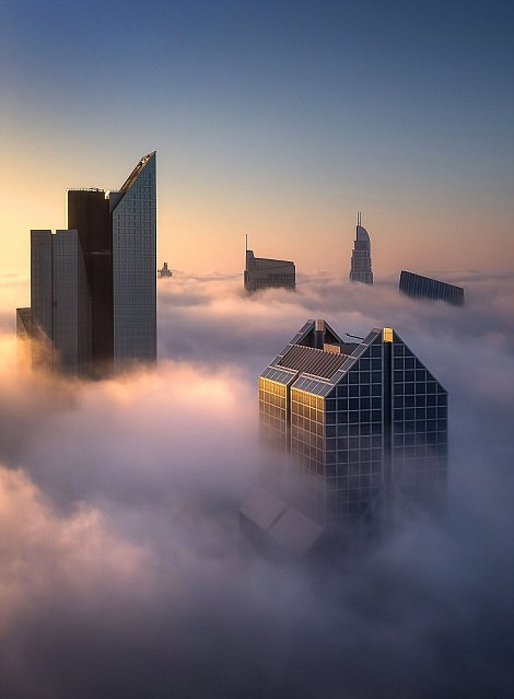 迪拜摩天大樓在云霧中漂浮的震撼場景