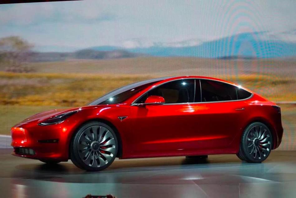 特斯拉Model 3电动汽车。上月马斯克透露该款车的预售量已达到40万辆。