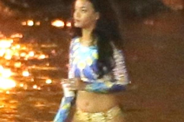 蕾哈娜深夜赴海边派对