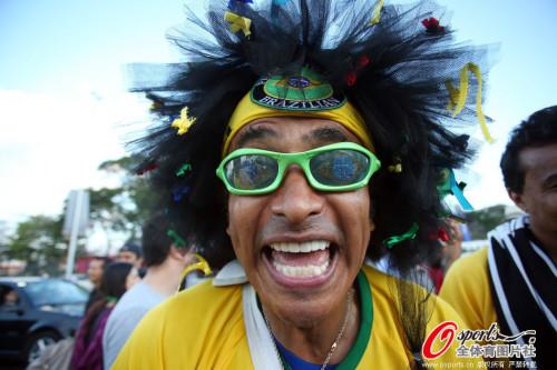 高清图-揭幕战在即巴西克罗地亚球迷激动不已