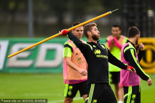 高清图-西班牙训练轻松备战
