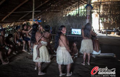 玛瑙斯土著围观巴西队比赛