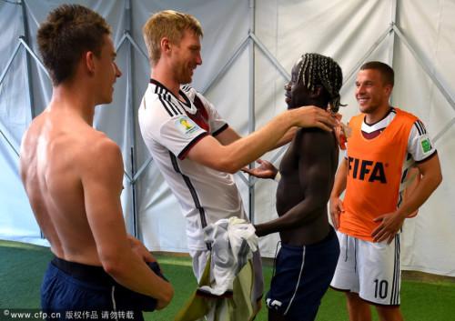 法德双方阿森纳队友赛后团聚