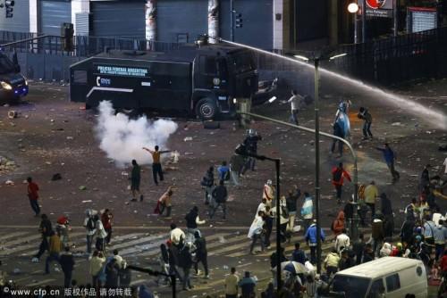 阿根廷错失冠军 极端球迷与警察发生冲突
