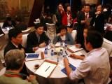 嘉宾们参与领袖咖啡馆讨论