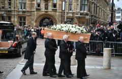 霍金葬礼在剑桥大学举行 骨灰将与牛顿为邻