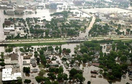 美国爱荷华州遭500年罕见洪水袭击(组图)