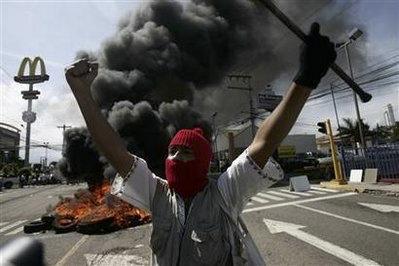 洪都拉斯被逐总统在机场上空称希望军队倒戈