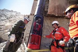 智利33名受困矿工最迟可在15日全部被救